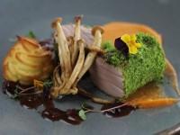 Рецепт: свинина в зеленой панировке с ягодным соусом на основе демиглас, морковным пюре и картофельными крокетами