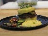 Картофельный хешбраун с сырным соусом Чеддер и хрустящим огуречным салатом